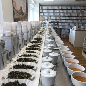 erlesenen Teesorten aus Japan, Südkorea, China, Taiwan, Vietnam, Nepal, Indien bis hin zu Indonesien, Nepal, Indien, Sri Lanka, Afrika